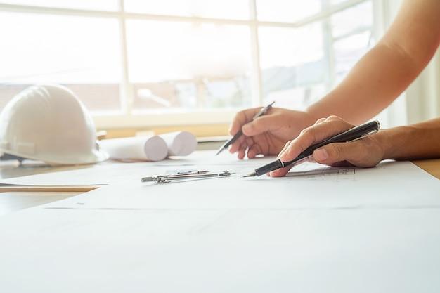 Manos del ingeniero que trabajan en blueprint concepto de la manos del ingeniero que trabajan en blueprint concepto de la construccin herramientas de ingeniera malvernweather Image collections