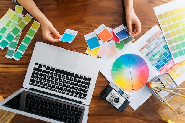 Manos de diseñadora gráfica trabajando en escritorio Foto gratis
