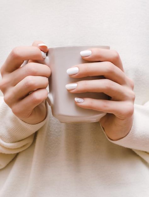 Manos Femeninas Con Diseño De Uñas Blancas Foto Premium