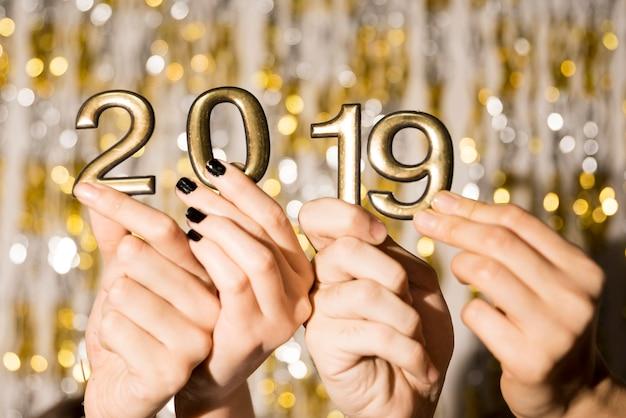 Manos de la gente con números 2019. Foto gratis