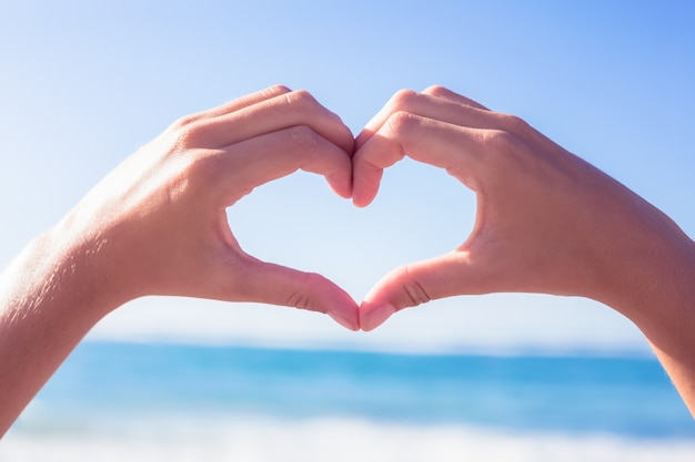 Manos Haciendo Forma De Corazón En La Playa