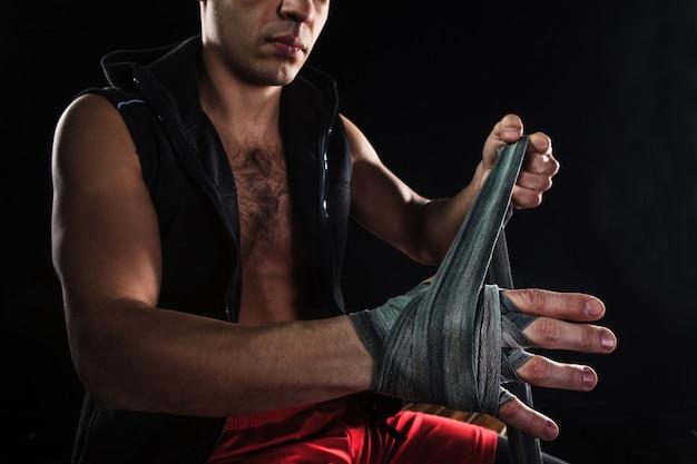 Las manos del hombre musculoso con vendaje Foto gratis