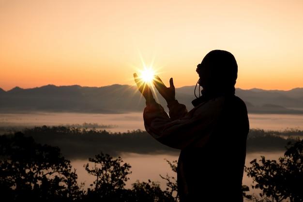 Las manos humanas abren la palma hacia arriba de la adoración. Foto gratis