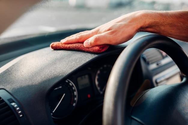 Manos masculinas limpia auto, pulido del salpicadero del coche Foto Premium