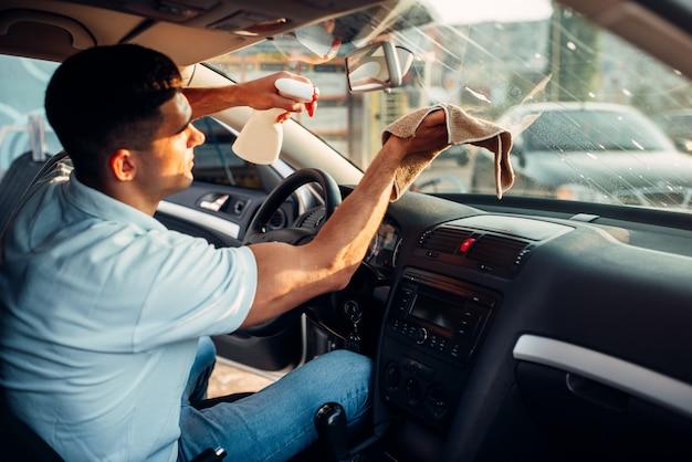 Manos masculinas limpia auto Foto Premium