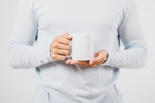 Manos masculinas con una taza de café Foto gratis