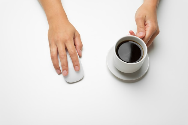 Manos de mujer, café y ratón. Foto Premium