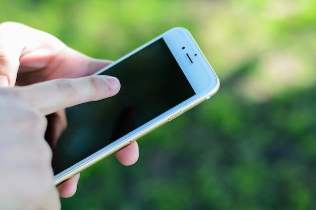Manos de mujeres jóvenes con smartphone. Foto Premium