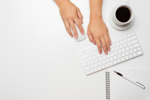 Manos de mujeres usando el teclado y el mouse Foto Premium