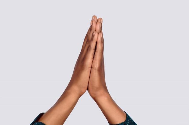 Manos negras rezando. Foto Premium