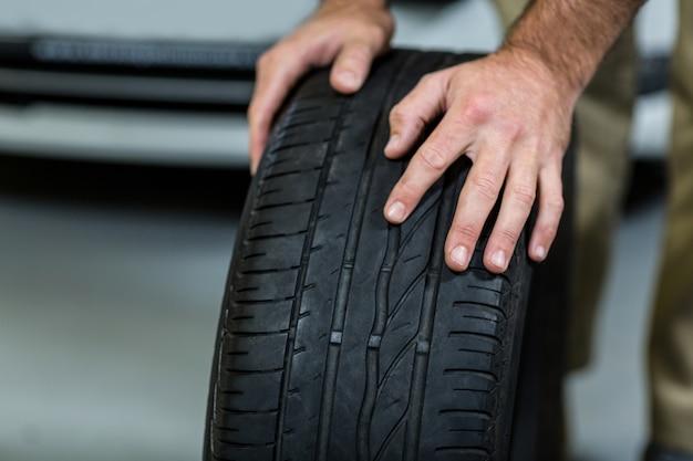 Manos de los neumáticos tocar mecánico Foto gratis