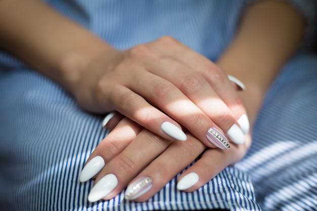 Manos de niña con manicura de boda Foto Premium
