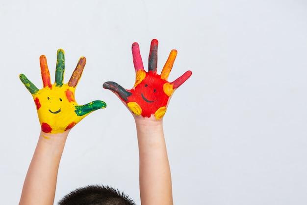 Las manos del niño que manchó Foto gratis