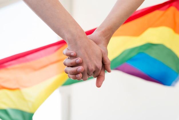 Manos de pareja lgbt se unen Foto gratis