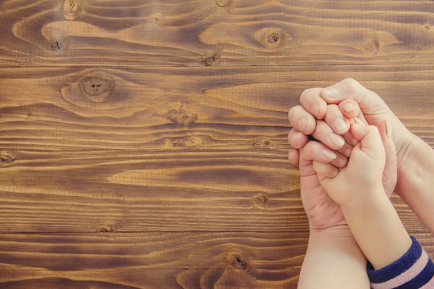 Manos personas enfoque selectivo familia manos pareja. Foto Premium