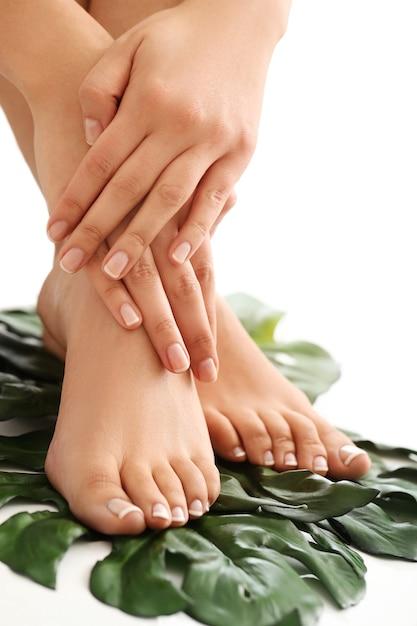 Manos y pies descalzos femeninos. concepto de manicura y pedicura Foto gratis