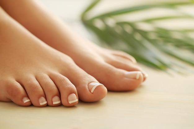 Manos y pies de una mujer Foto gratis