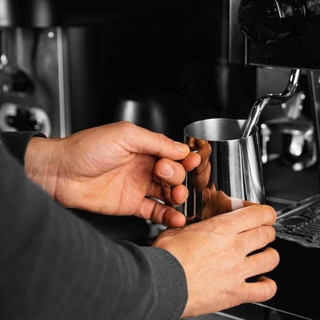 Manos de primer plano sosteniendo la taza de café Foto gratis