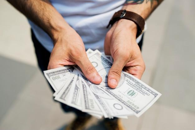 Manos sosteniendo un billete de un dólar Foto Premium