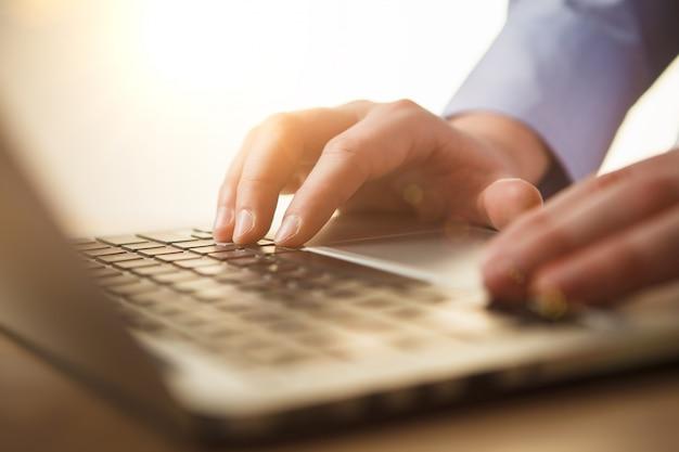 Manos en el teclado Foto gratis