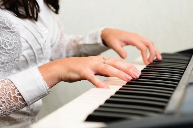 Manos tocan composición musical en piano Foto Premium