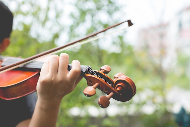 Manos tocando el violín Foto gratis