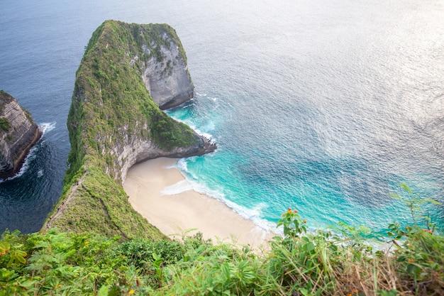 Manta bay o kelingking beach en la isla nusa penida, bali, indonesia Foto Premium