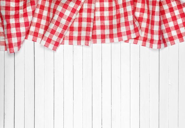 Mantel rojo sobre mesa de madera Foto Premium