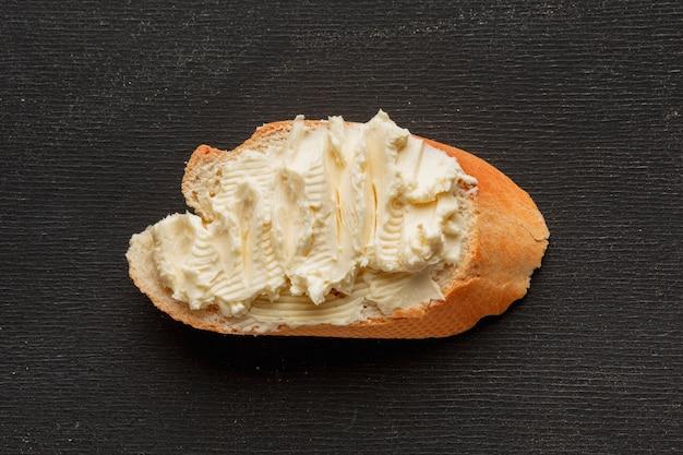 Mantequilla en una rebanada de pan Foto gratis
