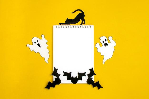 Manualidades de halloween: gato, araña, murciélagos, fantasmas de papel en blanco y negro. Foto Premium