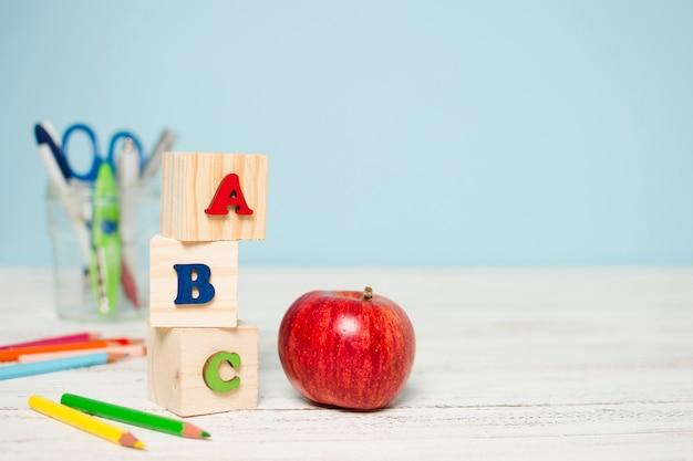 Manzana roja fresca y útiles escolares Foto gratis