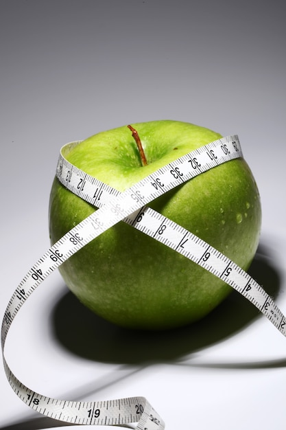 Manzana verde fresca con cinta métrica Foto gratis