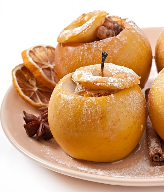Manzanas al horno con miel y nueces Foto gratis