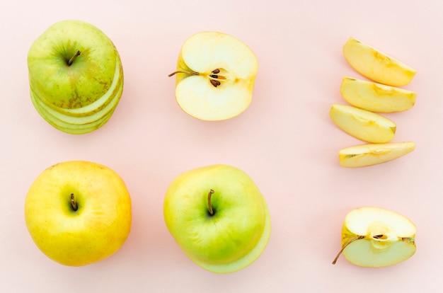 Manzanas enteras y cortadas Foto gratis