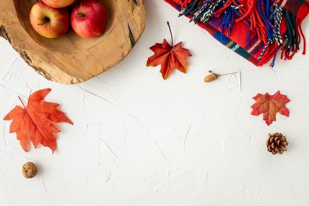 Manzanas y hojas sobre fondo blanco. Foto gratis