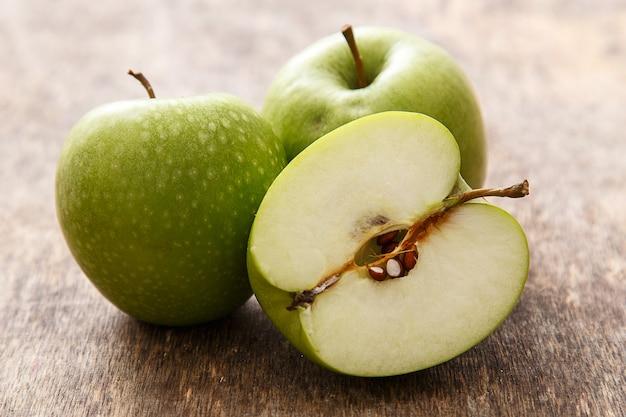 Manzanas en la mesa Foto gratis