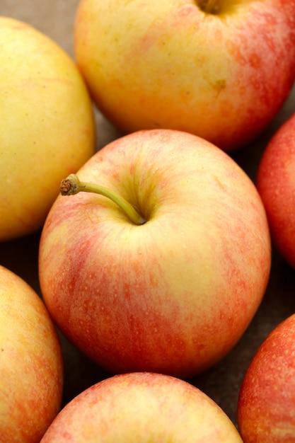 Manzanas rojas frescas en una mesa de madera Foto gratis