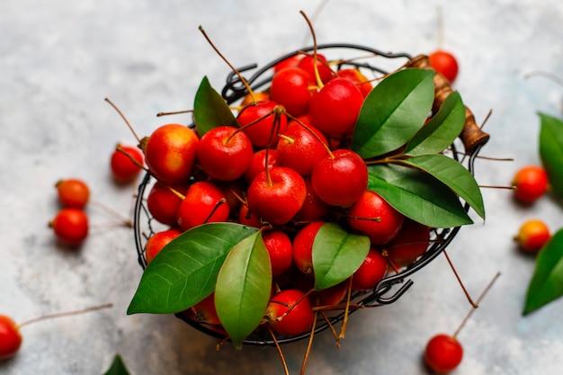 Manzanas rojas maduras en la cesta de alimentos de almacenamiento Foto gratis