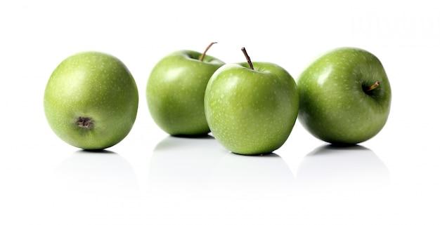 Manzanas verdes aisladas Foto gratis