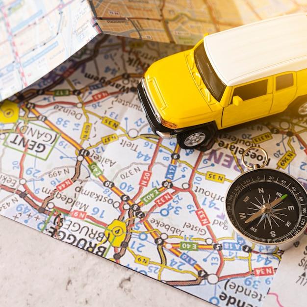 Mapa belga con decoración de carro y brújula. Foto gratis