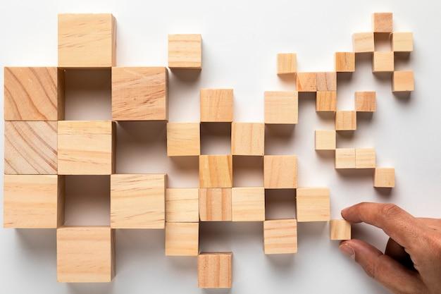 Mapa de cubos de madera de estados unidos con mano Foto gratis