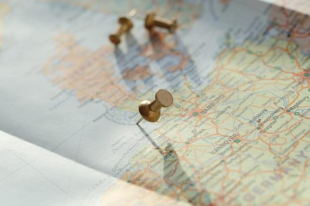 Mapa itinerante con alfileres Foto gratis