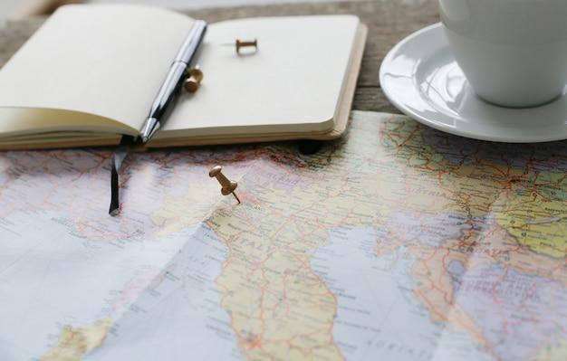 Mapa de viaje, diario y taza de café. Foto gratis