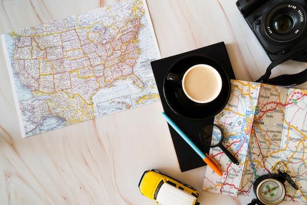 Mapas sobre fondo de madera Foto gratis