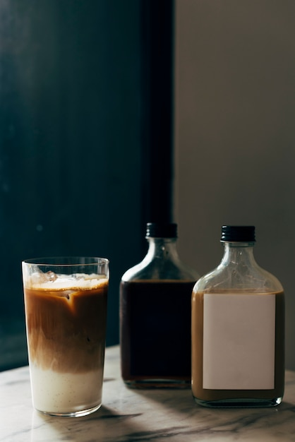 Maqueta de etiquetas de botellas líquidas Foto gratis