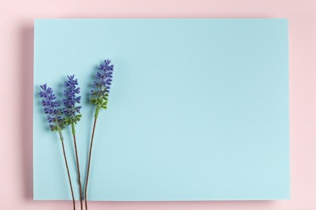 Maqueta de lavanda en rectángulo azul Foto gratis