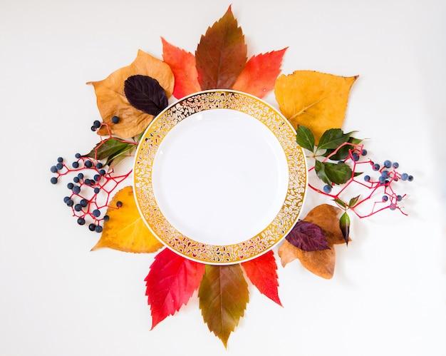 Maqueta de otoño con flor de otoño hecha con artículos coloridos de otoño Foto Premium