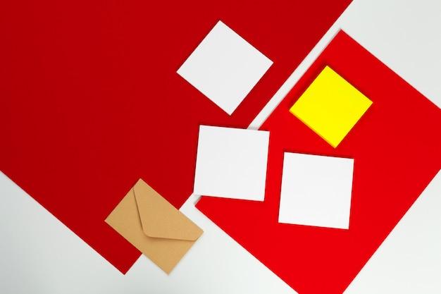 Maqueta y sobre de tarjetas blancas en blanco, vista superior Foto Premium