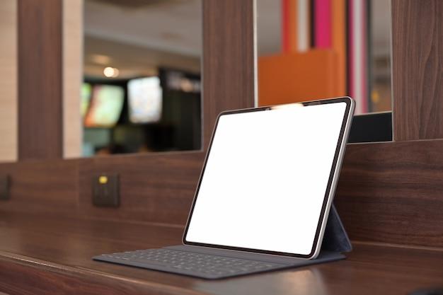 Maqueta de la tableta de pantalla en blanco en la oficina Foto Premium