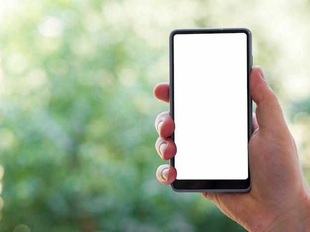 Maqueta de teléfono de mano con fondo desenfocado Foto gratis